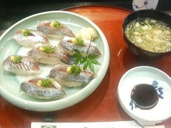 20120525-たまには外食-小田原の喜仙で納得のアジ寿司-全景-700円.jpeg